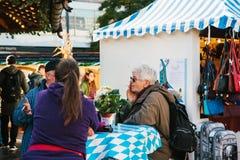 Berlin Oktober 03, 2017: Fira den Oktoberfest gatamarknaden på den berömda Alexanderplatz fyrkanten folk Royaltyfria Bilder