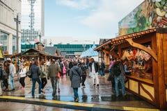 Berlin Oktober 03, 2017: Fira Oktoberfest går folket på gatamarknaden på den berömda Alexanderplatzen Arkivfoto