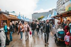 Berlin Oktober 03, 2017: Fira Oktoberfest går folket på gatamarknaden på den berömda Alexanderplatzen Royaltyfri Fotografi