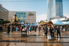Berlin Oktober 03, 2017: Fira Oktoberfest går folket på gatamarknaden på den berömda Alexanderplatzen Fotografering för Bildbyråer