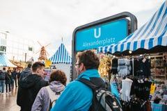 Berlin Oktober 03, 2017: Fira Oktoberfest går folket på gatamarknaden på den berömda Alexanderplatzen Arkivbilder