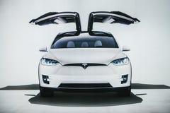 Berlin Oktober 2, 2017: Foto av bilden av en elektrisk medelTesla modell X på Tesla den motoriska showen i Berlin A royaltyfria bilder