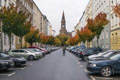 BERLIN - OKTOBER 19, 2016: Man på en cykel som rider ner en gata Arkivfoto