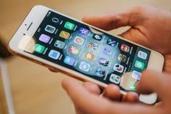 Berlin Oktober 2, 2017: presentation av iPhonen 8 och iPhonen 8 plus och försäljningar av nya Apple produkter i representanten Fotografering för Bildbyråer