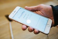 Berlin Oktober 2, 2017: presentation av iPhonen 8 och iPhonen 8 plus och försäljningar av nya Apple produkter i representanten arkivbilder