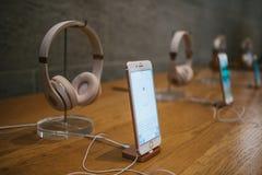 Berlin Oktober 2, 2017: presentation av iPhonen 8 och 8 plus och försäljningen av nya Apple produkter i representanten Royaltyfria Bilder
