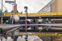 BERLIN - OKTOBER 19, 2016: Reflexion av folk på cyklar och tunnelbanan Royaltyfria Foton