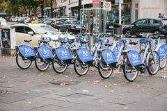 Berlin, Październik 2, 2017: Bicyklu czynsz Liczba bicyklu stojak na roweru parking w Berlin przeciw tłu Obrazy Stock