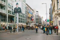 Berlin, Październik 1, 2017: Checkpoint Charlie - nadgraniczny punkt kontrolny na Friedrichstrasse w Berlin obraz stock