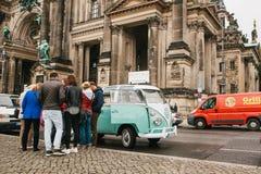 Berlin, Październik 1, 2017: Grupa młodych niewiadomych turystów książkowa turystyczna wycieczka na błękitnym retro mini autobusi Zdjęcia Stock