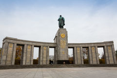BERLIN, PAŹDZIERNIK - 02, 2016: Panoramiczny widok sławny Żydowski holokausta pomnik blisko Brandenburg bramy w złotym wieczór Obrazy Stock