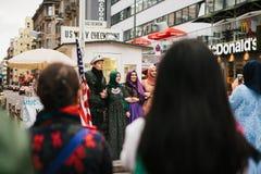 Berlin, Październik 1, 2017: Pozytywni Arabscy kobieta turyści fotografują obok sławnego miasta przyciągania dzwoniącego Chekpoin Fotografia Royalty Free