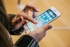 Berlin, Październik 2, 2017: prezentacja iPhone 8 i iPhone plus nowi Jabłczani produkty w urzędniku 8 i sprzedaże Zdjęcia Royalty Free