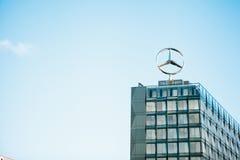 Berlin, 03 2017 Październik: Symbol Mercedez Benz na dachu środkowy budynek biurowy zawody międzynarodowi Obraz Royalty Free