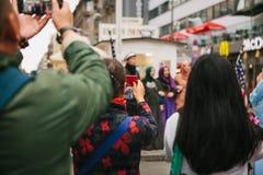 Berlin, Październik 1, 2017: Turyści biorą obrazki pozytywne Arabskie kobiety obok sławnego miasta przyciągania dzwoniącego Obrazy Royalty Free