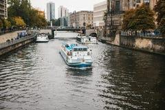 Berlin, Październik 1, 2017: Turystyczne łodzie pływają statkiem wzdłuż rzecznego bomblowania w Berlin, past widokach i katedrze, Obraz Stock