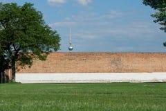 Berlin Park con la parete ed il fondo della torre della TV fotografia stock