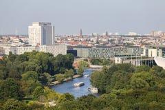 Berlin-Park mit Booten auf Fluss stockfotografie