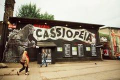 Berlin populaire matraque dans le secteur grunge avec les bâtiments et les barres abandonnés Photos stock