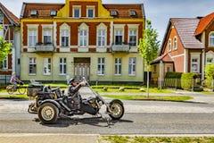 Berlin, Potsdam 22nd Maj 2017 widok motocyklista w budującym pojazdu jeżdżeniu przez ulic Potsdam fotografia stock