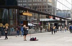 Berlin Rathausstrasse flicka som spelar fiolen Arkivbilder