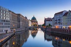 Berlin reflekterade i festfloden Arkivbilder