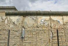 Berlin rester av den historiska betongväggen Arkivbilder
