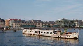 Berlin River Scene In Summer avec le bateau abandonné de partie clips vidéos