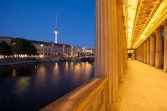 Berlin River Spree con le colonne e la torre della TV Fotografie Stock Libere da Diritti