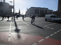 Berlin, rowerowi pasy ruchu Zdjęcia Royalty Free