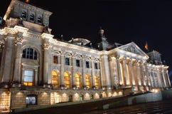 Berlin´s Reichstag la nuit Photos stock