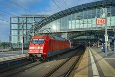 BERLIN SEPTEMBER, 27, 2008: Sikt på tyskDeutsche Bahn den röda elektriska lokomotivet med snabba intercity passagerarelagledare p Royaltyfri Fotografi