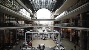 BERLIN, SIERPIEŃ - 21: Czas rzeczywisty blokujący puszek strzelał centrum handlowe Berlin, ludzie zbiory