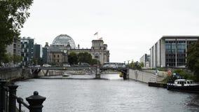 BERLIN, SIERPIEŃ - 21: Czas rzeczywisty ustanawia strzał Deutsche Bundestag i rzeka, Sierpień 21, 2017 w Berlin zdjęcie wideo