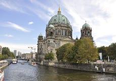 Berlin, Sierpień 27: Katedralna kopuła na banku rzeczny bomblowanie od Berlin w Niemcy Zdjęcie Stock