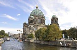 Berlin, Sierpień 27: Katedralna kopuła na banku rzeczny bomblowanie od Berlin w Niemcy Obrazy Stock