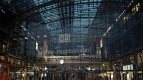 BERLIN, SIERPIEŃ - 21: Rzeczywisty plandeka puszka strzał Berlińska centrali stacja, Sierpień 21, 2017 w Berlin zbiory wideo