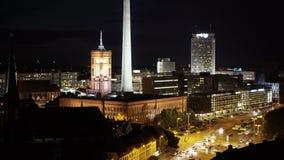 BERLIN, SIERPIEŃ - 21: Rzeczywisty plandeka puszka strzał TV wierza, nighttime zbiory