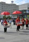 Berlin, Sierpień 27: Alexanderplatz Karmowi sprzedawcy od Berlin w Niemcy Zdjęcia Royalty Free