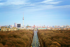 Berlin, sikten till den Brandenburg porten och tv:n står högt Royaltyfri Bild