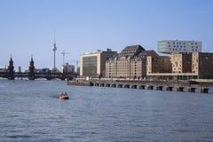 Berlin Skyline, cke de ¼ de Kreuzberg OberbaumbrÃ, fête Photographie stock libre de droits