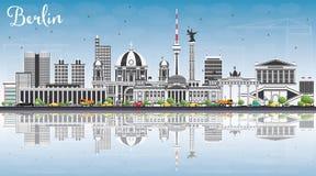 Berlin Skyline con Gray Buildings, cielo blu e le riflessioni Fotografie Stock Libere da Diritti