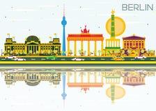 Berlin Skyline con le costruzioni, il cielo blu e le riflessioni di colore Immagini Stock
