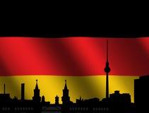 Berlin-Skyline mit deutscher Markierungsfahne Stockbild