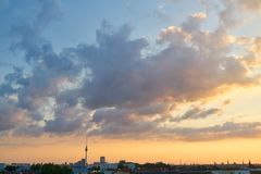 Berlin-Stadt mit Fernsehturm und -sonnenuntergang Lizenzfreies Stockfoto