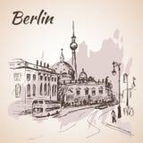 Berlin-Straße mit Bussen und Berlin Fernsehen ragen hoch lizenzfreie abbildung
