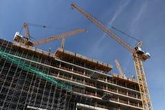 berlin 06/14/2008 Szklana fasada budynek z odbiciem budowa ?urawie i rusztowanie obraz stock