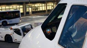 BERLIN-TEGEL, DEUTSCHLAND - JULI, 03. 2015: Ein Dämpfungsregler Airbus A319-100 MSN 2850 - OY-KBO Flugzeug am Einstiegtor von Stockbild