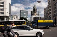 Berlin trafik och minnesmärkekyrka Arkivfoto