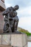 BERLIN TYSKLAND - APRIL 2, 2008: Monumentet till sovjetiska soldater Arkivfoton